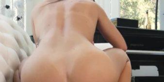 Porno de qualidade com rapaz comendo a novinha pelada