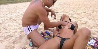 Sexo anal gratis com loira na praia